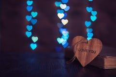 Деревянное сердце с влюбленностью слова и предпосылка с задней частью сердца стоковые изображения rf