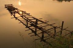 деревянное сломанное мостом Стоковые Изображения