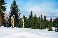 Деревянное старое искусство скульптуры на открытом воздухе в снеге стоковое фото