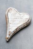Деревянное сформированное сердце Поздравительные открытки Приветствие дня Валентайн Стоковые Изображения RF