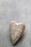 Деревянное сформированное сердце Поздравительные открытки Приветствие дня Валентайн Стоковая Фотография RF