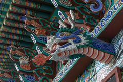 Деревянное украшение головы дракона огня над снаружи главной залы обители Gujoel Pokpoam в городе Oegok Стоковая Фотография