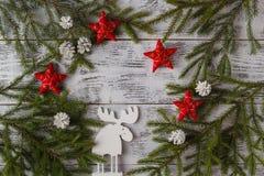 Деревянное украшение оленей белого рождества на деревянной предпосылке хи Стоковая Фотография