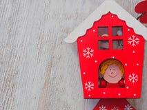 Деревянное украшение рождества - над деревянными домом и звездой рождества предпосылки Стоковая Фотография RF