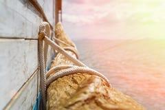 Деревянное украшение части рядом с пристанью во время захода солнца с теплыми цветами - каникулы праздников и концепция лета Стоковая Фотография RF