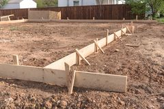 Деревянное учреждение конкретной прокладки форма-опалубкы для нового дома Стоковые Фотографии RF