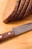 деревянное хлеба доски отрезанное ножом для разрезания Стоковая Фотография RF