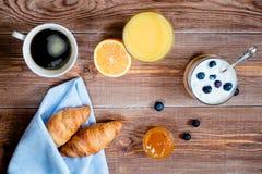 Деревянное backgrond с элементами завтрака Верхнее viev Стоковая Фотография RF