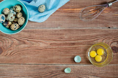 Деревянное backgrond с яичками триперсток Стоковые Фото