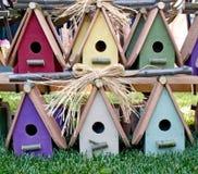 деревянное birdhouses прелестно цветастое стоковое фото