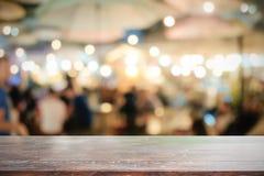 Деревянное bokeh стола и ночи Стоковое Изображение RF