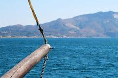 Деревянное bowstrip парусного судна на море Стоковое Изображение