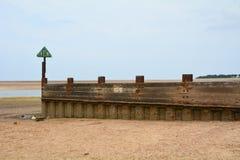 Деревянное groyne во время отлива Стоковое Фото