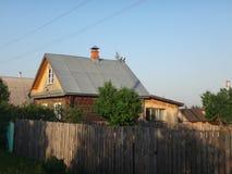 Деревянное hous на улице деревни Стоковое Изображение RF