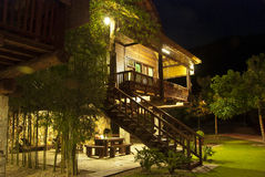 Деревянное housse тимберса на ноче Стоковое Фото