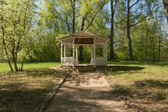 Деревянное summerhouse в парке в лете Стоковые Изображения