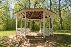 Деревянное summerhouse в парке в лете Стоковая Фотография RF