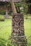 Деревянное tiki на тропическом пляже рая Стоковые Фото