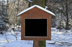 Деревянно подпишите внутри пущу зимы, скопируйте космос свободный стоковые фотографии rf