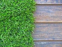 Деревянно с зеленой травой стоковое изображение rf