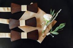 Деревянные бабочки на таблице цвета слоновой кости Стоковые Фото