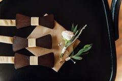Деревянные бабочки на таблице цвета слоновой кости Стоковые Изображения