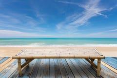Деревянные бамбуковые sunbeds на старой древесине, красивом пляже и сцене моря Стоковое Изображение RF