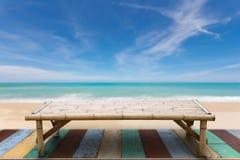 Деревянные бамбуковые sunbeds на старой древесине, красивом пляже и сцене моря Стоковое Изображение