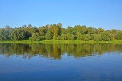Деревянные банки реки Oka в городе Kasimov, России Стоковые Фото