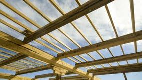 Деревянные балки на конструкции крыша дома стоковая фотография