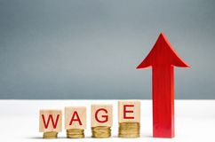 Деревянные блоки с монетками и зарплатой и вверх стрелкой слова Увеличение зарплаты Ставки заработной платы вектор иллюстрации s  стоковое изображение rf