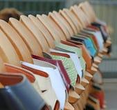 Деревянные ботинки вися от стойки Стоковая Фотография