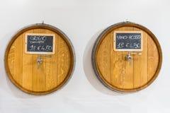 Деревянные бочонки для вина с краном в винном магазине Конец-вверх Вино для разливать по бутылкам Цена для одного вина литра Взгл стоковое изображение rf