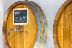 Деревянные бочонки для вина с краном в винном магазине Конец-вверх Вино для разливать по бутылкам Цена для одного вина литра Взгл стоковая фотография