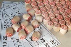 Деревянные бочонки и карточки для lotto, крупного плана Стоковое фото RF