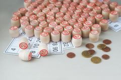 Деревянные бочонки, карточки и монетки для игры в lotto Стоковая Фотография