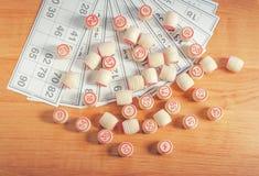 Деревянные бочонки, карточки и монетки для игры в lotto Стоковые Изображения RF