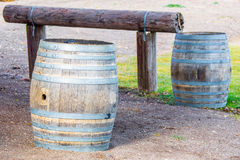 Деревянные бочонки на прицепляя столбе Стоковая Фотография