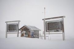 Деревянные будочка и панели в шторме зимы Стоковые Изображения RF