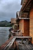 Деревянные бунгала на реке Kwai в Kanchanaburi стоковая фотография rf