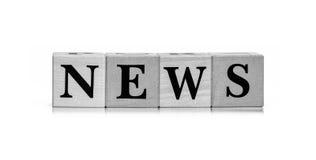 Деревянные блоки с новостями слова в черно-белых тонах Стоковые Фотографии RF
