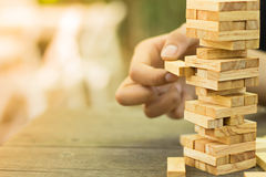 Деревянные блоки штабелируют игру, планирование, риск и стратегию, концепцию предпосылки дела Стоковое Изображение