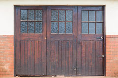 Деревянные двери гаража Стоковые Изображения RF