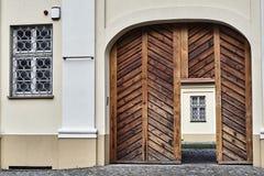 Деревянные двери и запертые окна в историческом здании i Стоковое фото RF