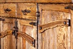 Деревянные двери кухонного шкафа с выкованными ручками металла Стоковое Изображение