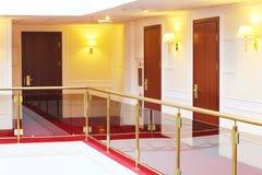 Деревянные двери приближают к крытым балконам с поручнями Стоковое Изображение RF