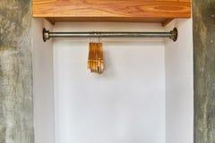Деревянные вешалки весят без одежд стоковая фотография rf