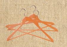 Деревянные вешалки одежд на мешковине холста Стоковое фото RF