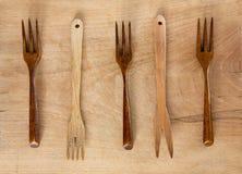 Деревянные вилки на деревянной предпосылке Стоковое фото RF