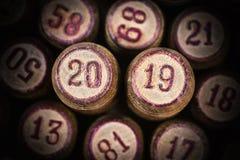 Деревянные винтажные бочонки lotto с 2 20 и 19 как символ 2019 Новых Годов стоковое фото